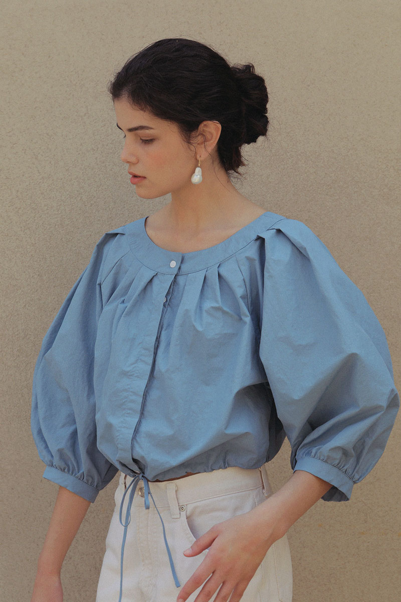 VOLUME CROPPED BLOUSE SOFT BLUE